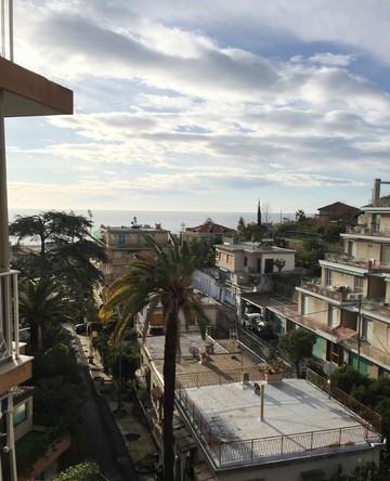 Sanremo, zona residenziale, appartamento con vista mare e box auto.