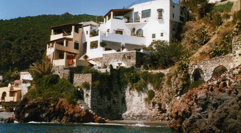 la casa è quella bianca a 1° livello sul mare ci sono 2 sopra alternate ed una sotto