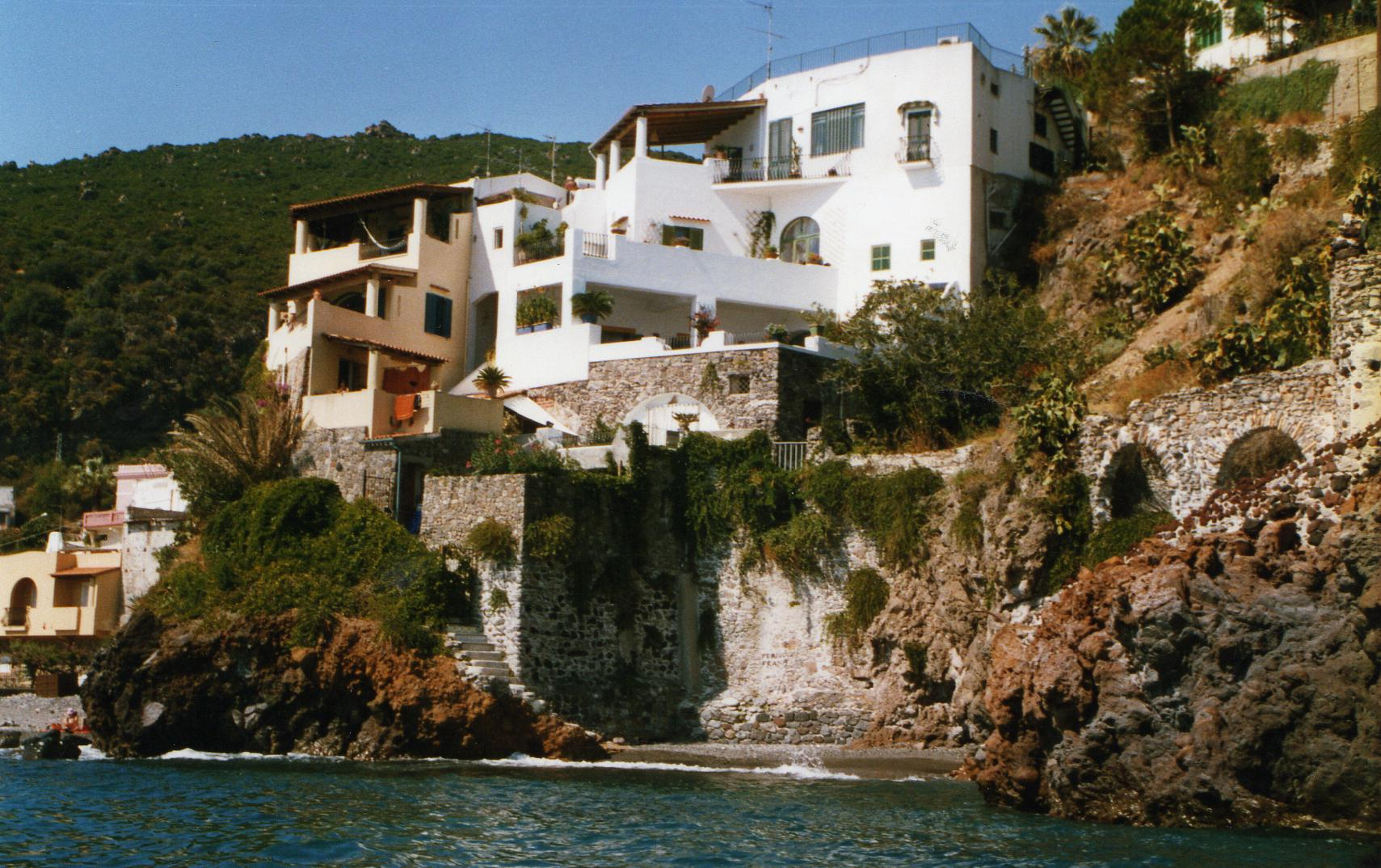 Lipari (ME), prezioso immobile di 180 mq c.a. con terrazza di 100 mq c.a. a picco sul mare