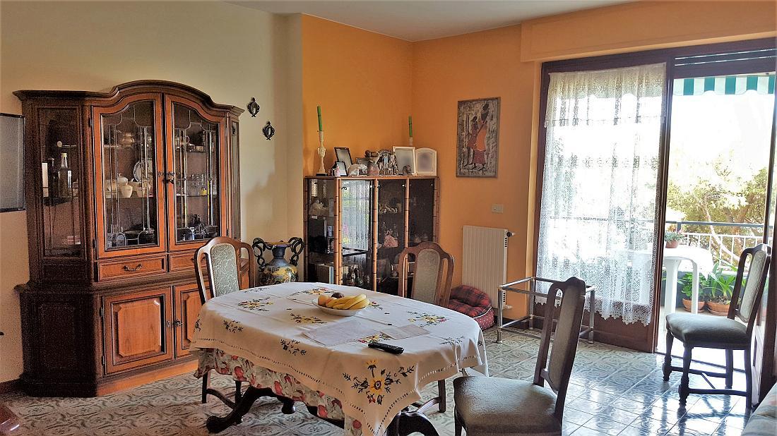 Sanremo, parte ovest, in zona residenziale, trilocale con box auto