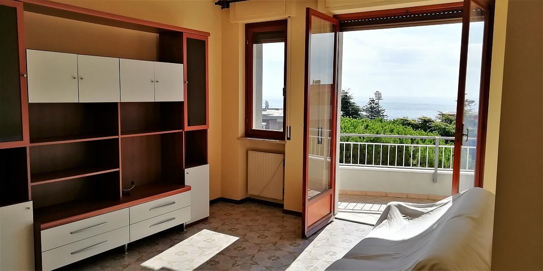 Sanremo, parte ovest, in zona residenziale, bilocale con box auto e vista mare