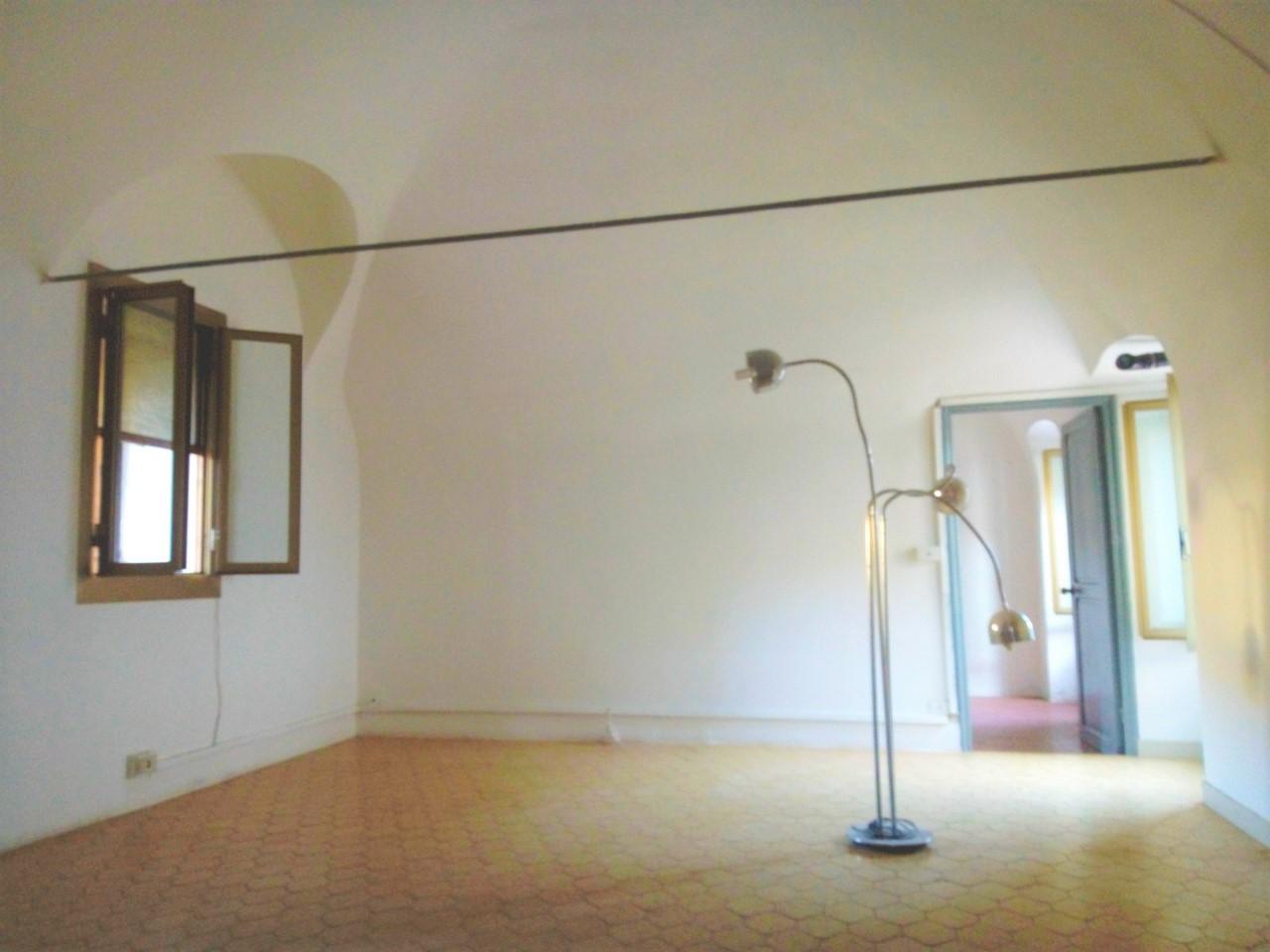Sanremo, Borgo Opaco (zona uscita Aurelia Bis), appartamento di circa 85 mq, in casa storica