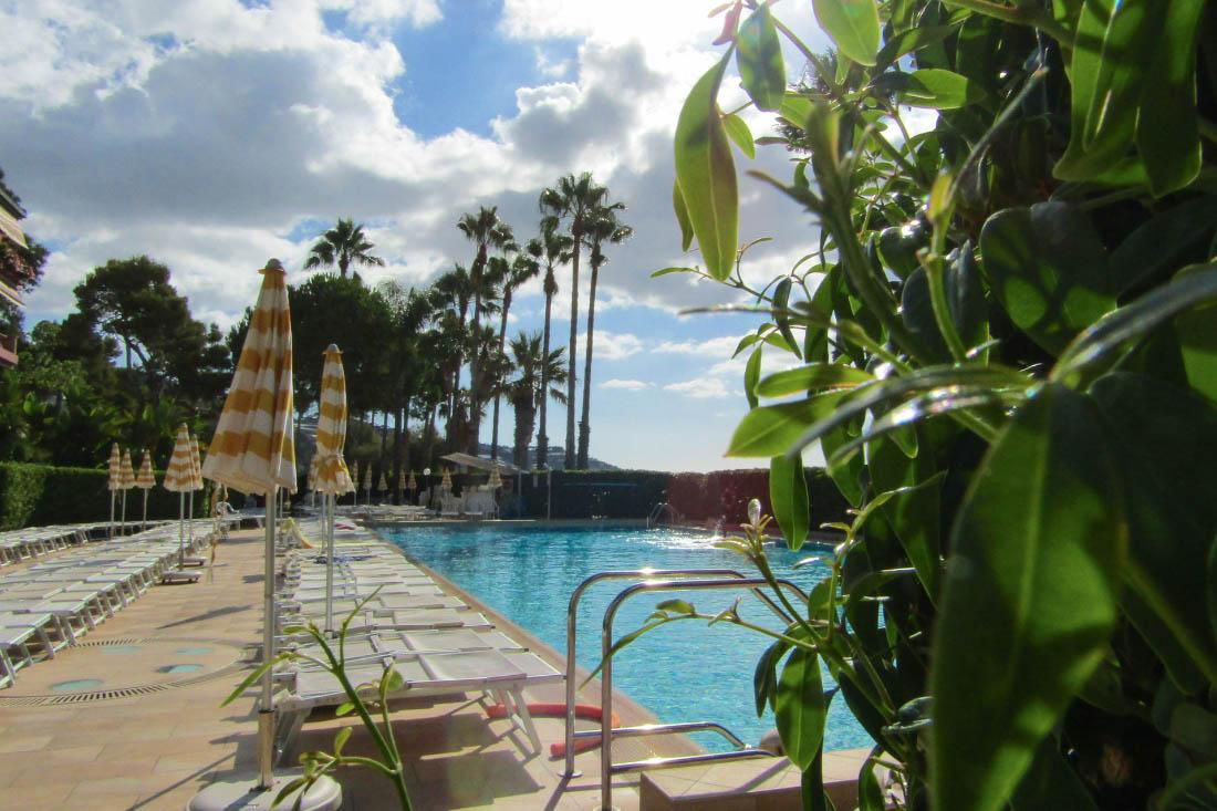 Sanremo vendita bilocale in riva al mare con piscina