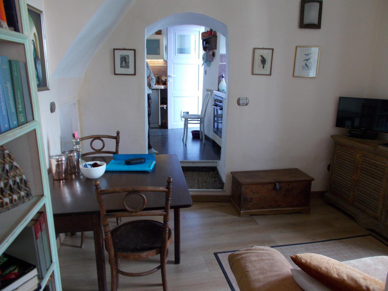 Sanremo, centrale, caratteristico bilocale in casa indipendente con spazio esterno